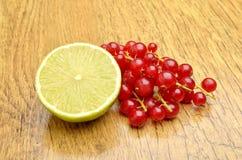 切片石灰和红浆果 库存照片