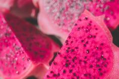 切片红色龙果子、软的焦点或者迷离作用背景 免版税图库摄影