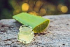 切片芦荟维拉叶子和一个瓶有透明胶凝体的为 免版税图库摄影