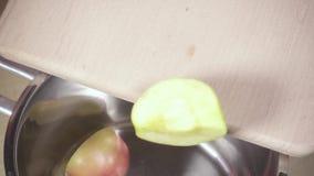 切片苹果下降入平底深锅慢动作 股票视频