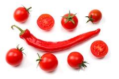 切片蕃茄用在白色背景隔绝的辣椒 顶视图 免版税库存照片