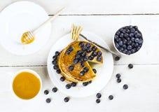 切片薄煎饼浇灌用蜂蜜和b薄煎饼的堆  免版税库存照片