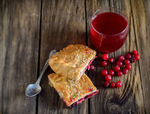 切片蛋糕用蔓越桔和在老蔓越桔kissel 免版税库存图片