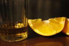 切片蜜桔和玻璃 免版税库存图片