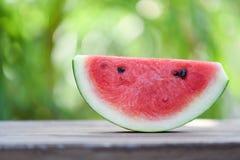 切片西瓜果子自然绿色迷离背景 免版税库存图片