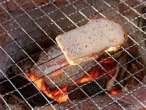 切片面包在木炭火炉烘烤 库存图片