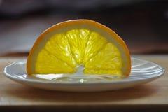 切片颠倒一个桔子在白色板材 免版税库存图片