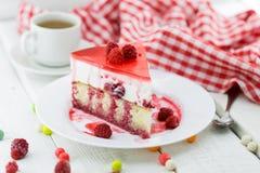 切片香草松糕用酸奶蛋白牛奶酥和莓j 免版税库存图片