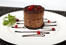 切片黑巧克力蛋糕用红色樱桃 免版税库存图片
