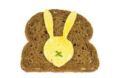 切片黑面包用煎蛋以对此的复活节兔子形式 库存图片