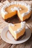 切用被鞭打的奶油色特写镜头装饰的南瓜乳酪蛋糕 v 免版税库存图片