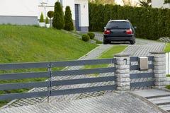 切申,波兰- 2018年4月15日:汽车在辗压门后的一个私有停车场停放 库存图片