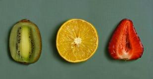 切疼痛果子-桔子,草莓,在厨房板的猕猴桃 库存图片