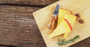 切的乳酪用草本和刀子 股票录像
