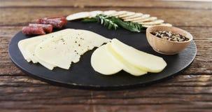 切的乳酪用草本和香料 股票录像