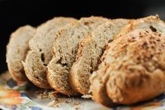 切的传统手工的全麦面包 库存图片