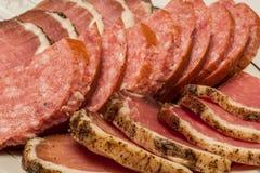 切的冷盘开胃菜 蒜味咸腊肠和干猪肉的香肠 特写镜头 免版税库存图片