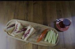 切的切达乳酪和热狗多士早餐 库存照片
