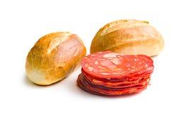 切的加调料的口利左香肠蒜味咸腊肠和小圆面包 免版税库存照片