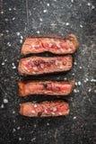 切的半生半熟烤牛排 免版税库存照片