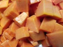 切的和切成小方块的水多的番木瓜 免版税库存照片