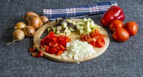 切的夏南瓜、葱、茄子、蕃茄和甜椒 库存照片
