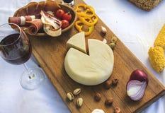 切的山羊乳干酪 免版税库存照片