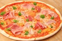 切的意大利辣味香肠、火腿和蘑菇薄饼 免版税库存图片