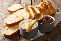 切的新鲜的奶油蛋卷面包和乳脂干酪,巧克力奶油色克洛 免版税图库摄影