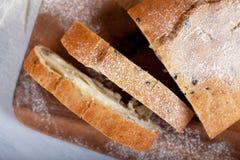 切的新鲜的白面包用香料 免版税库存图片