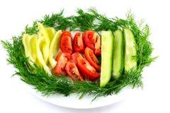 切的新鲜的蕃茄,黄瓜,在白色隔绝的胡椒莳萝 库存图片