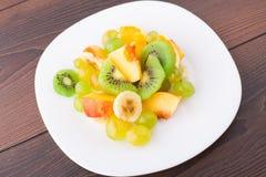 切的果子的分类在板材的 免版税库存照片