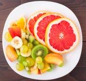 切的果子的分类在板材的 免版税图库摄影