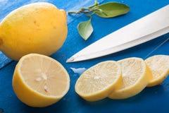 切的柠檬 库存照片