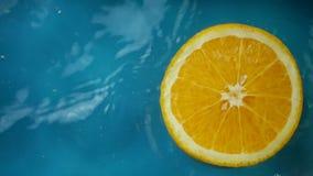 切的桔子在水中飞溅 股票视频