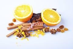 切的桔子用肉桂条和茴香 免版税库存图片