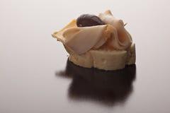 切的火腿、橄榄和干酪开胃菜 库存图片