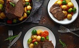 切的烤牛肉用蜂蜜给菜上釉,服务在板材 欢乐的正餐 库存照片
