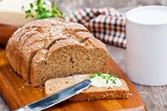 切的爱尔兰用石磨磨的苏打面包用黄油和麝香草在 免版税库存图片