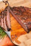 切的牛后腹肉排、芦笋和三文鱼 免版税库存图片
