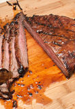 切的牛后腹肉排 库存照片