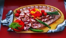 切的猪肉火腿和五香熏牛肉 免版税库存照片