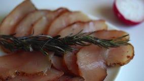 切的生涩的鸡肉,放置在茶碟和菜 r 影视素材