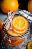 切的糖煮的桔子用桂香 库存图片