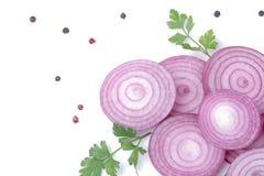 切的红洋葱圆环用草本和香料在白色隔绝了背景 菜 免版税图库摄影