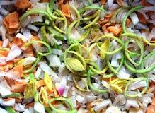 切的红萝卜、葱、韭葱和香料当背景特写镜头 库存照片