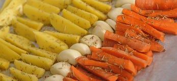 切的红萝卜和土豆 库存图片