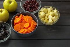 切的红萝卜,苹果,烘干了修剪和蔓越桔 图库摄影