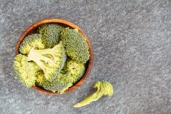 切的绿色未加工的硬花甘蓝,素食主义者食物的一种健康成份 库存照片
