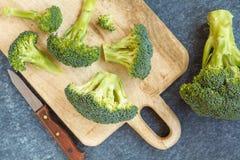 切的绿色未加工的硬花甘蓝,素食主义者食物的一种健康成份 免版税库存照片